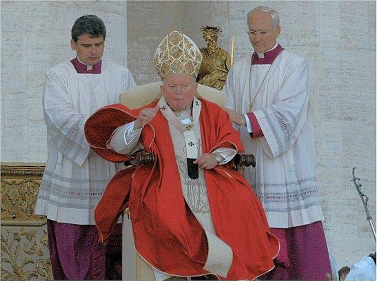 Rions ( ou plutôt pleurons...) avec nos popes con-ciliaires ! - Page 2 Pope_pallium